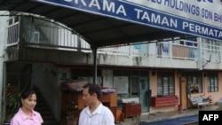 Tiến sĩ Thắng gặp gỡ một nữ công nhân từng là nạn nhân của tình trạng buôn bán lao động ở Malaysia