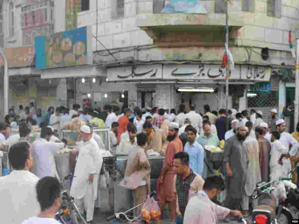 بازاروں میں رمضان کی رونقیں لگی ہیں اور لوگ افطار کی خریداری کر رہے ہیں۔