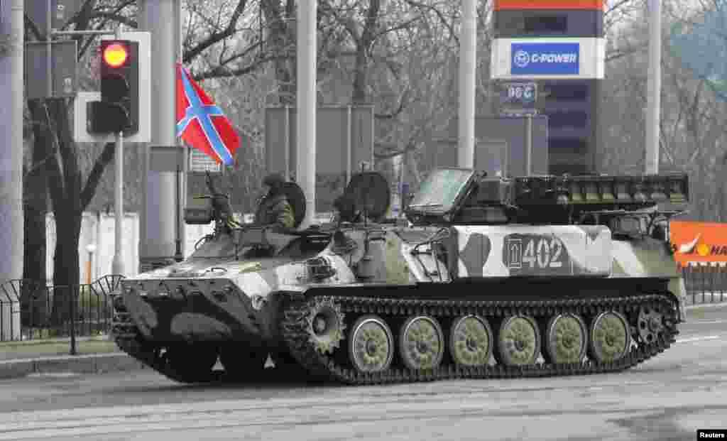 شورشيان طرفدار روسيه سوار بر يک تانک ضدهوايی خودکار در دونتسک - سهشنبه ۱۴ بهمن ۱۳۹۳ (۳ فوريه ۲۰۱۵)