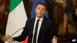 ນາຍົກລັດຖະມົນຕີ ອິຕາລີ ທ່ານ Matteo Renzi ກ່າວໃນ ລະຫວ່າງກອງປະຊຸມຖະແຫຼງຂ່າວ ທີ່ທຳນຽບ Chigi ໃນ ນະຄອນຫຼວງ ໂຣມ, 5 ທັນວາ, 2016.