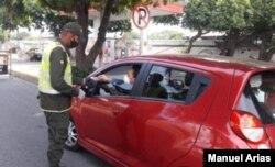 Con puestos de control en las salidas de las ciudades la Policía Nacional vigila que los ciudadanos respeten la cuarentena. [Foto: Oficina Prensa Policía Nacional]