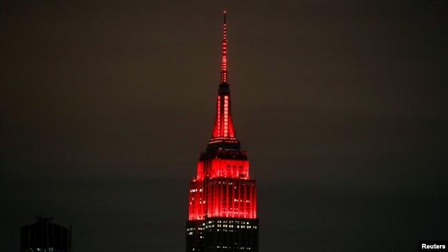 Trên đỉnh tòa nhà ở khu Midtown Manhattan được thắp sáng bằng đèn đỏ và trắng nhấp nháy để tôn vinh các nhân viên cấp cứu.