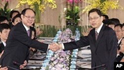Taiwan's SEF Vice Chairman Kao shakes hands with China's ARATS Vice Chairman Zheng during preparatory talks for the ECFA in Taipei (June 2010 file photo)