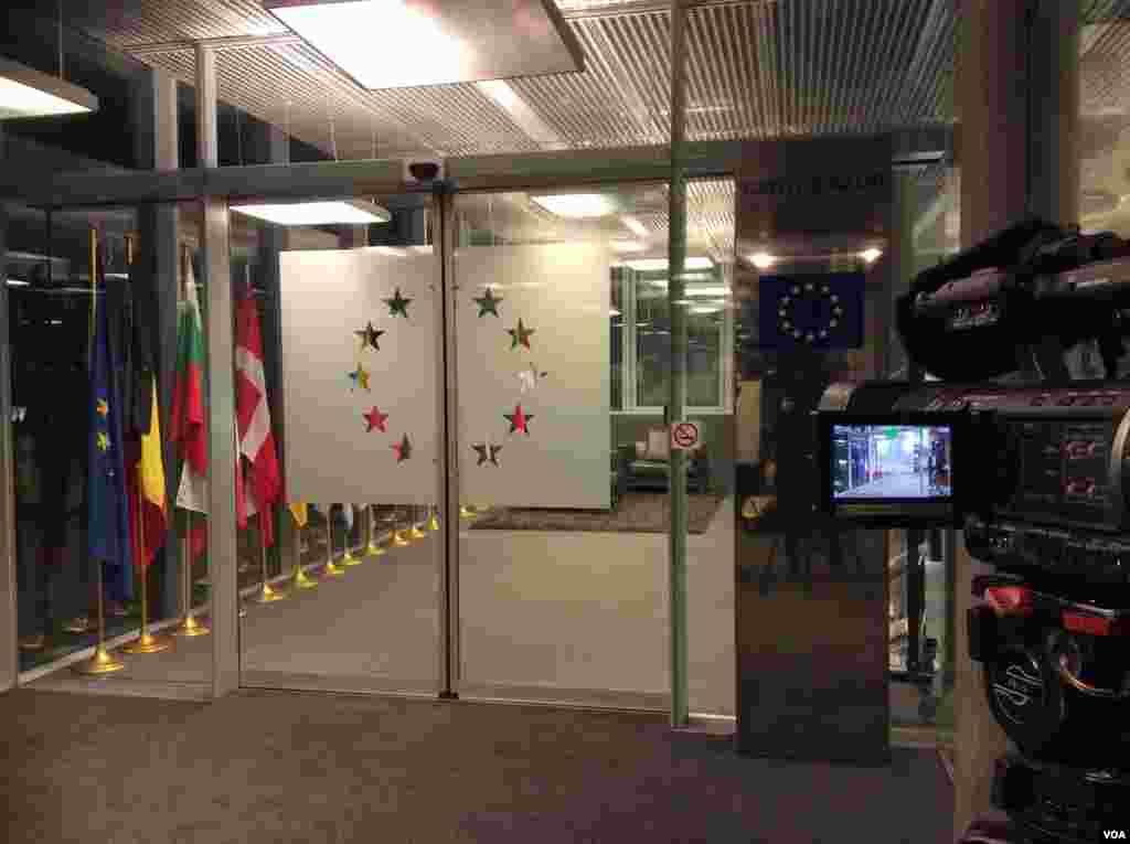 دفتر اتحادیهی اروپا در ژنو، جلسه مدیران سیاسی پنج بعلاوه یک و ایران با حضور هلگا اشمید در دفتر اتحادیهی اروپا برگزار شد- عکس از نيلوفر پورابراهيم، خبرنگار صدای آمريکا
