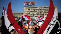 Wafuasi wa Mohammed Morsi wakionyesha picha yake katika mji wa Nasr Julai 27,2013
