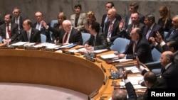 安理会成员国代表一致举手通过有关叙利亚化学武器问题的决议。(2013年9月27日)