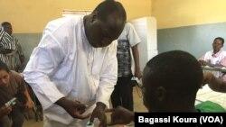 Zéphirin Diabré a mis son doigt dans l'encre indélébile après avoir voté à Ouagadougou, dimanche 29 novembre 2015. (VOA/Bagassi Koura)