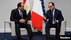 FILE - French President Francois Hollande (R) and Egypt's President Abdel-Fattah el-Sissi hold a bilateral meeting during the opening day of the World Climate Change Conference 2015 (COP21) at Le Bourget, near Paris, Nov. 30, 2015. French President Francois Hollande arrives in Egypt Sunday.