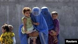 Umukenyezi w'umunyafuganistani arindiriye gutahukanwa mugihugu, ari kumwe n'abana biwe mu kigo ca ONU i Peshawar muri Pakistani