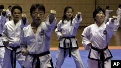 지난 1월 북한 평양시 창춘거리에 있는 태권도전당에서 선수들이 태권도 품세 시범을 보이고 있다.
