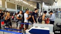 Hành khách xếp hàng tại sân bay Tân Sơn Nhất. (VOA/Reasey Poch)