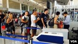 Du khách xếp hàng tại sân bay Tân Sơn Nhất (VOA/Reasey Poch).