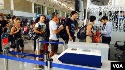 Du khách nước ngoài xếp hàng lên máy bay tại Phi trường Tân Sơn Nhất (VOA/Reasey Poch)