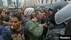 Des manifestants tunisiens s'affrontent avec la police anti-émeute lors de manifestations contre la hausse des prix et les augmentations d'impôts, à Tunis, en Tunisie, le 12 janvier 2018.
