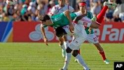 El mexicano Jair Pereira se sube sobre el panameño Cecilio Waterman, en acción del partido de la Copa Oro que ganó Panamá, 2-1.
