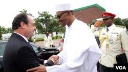 Presiden Nigeria Muhammadu Buhari menyambut Presiden Perancis Francois Hollande di Abuja, tempat KTT keamanan dan strategi untuk melawan Boko Haram (14/5).