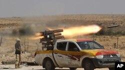 图为一名反卡扎菲士兵9月17日向卡扎菲家乡苏尔特发射连排火箭弹