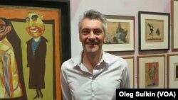Профессор Олаф Петерс на выставке.