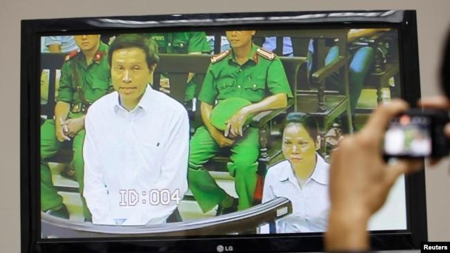 Hình ảnh xét xử nhà báo Nguyễn Hữu Vinh, hay blogger Ba Sàm, tại một phiên tòa tại Hà Nội hôm 22/9/2017. Ông Vinh bị kết tội tuyên truyền chống phá nhà nước.