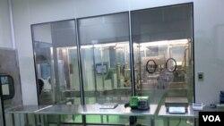"""""""基亚疫苗""""的一个无菌试验操作室 (美国之音记者申华 拍摄)"""
