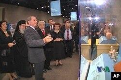 Υπουργός Κοζάκου-Μαρκουλή, Αρχιεπίσκοπος Δημήτριος, Πρόεδρος Χριστόφιας και κα Χριστόφια ξεναγούνται στην έκθεση.
