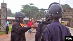 Cảnh sát Liberia được triển khai để giữ an ninh tại một trung tâm điều trị Ebola, ở Monrovia, 18/8/14