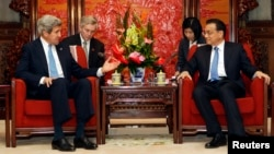 U.S. Secretary of State John Kerry (L) talks with China's Premier Li Keqiang during a meeting at the Zhongnanhai compound in Beijing, April 13, 2013.