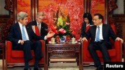 Ngoại trưởng Mỹ John Kerry (trái) hội đàm với Thủ tướng Trung Quốc Lý Khắc Cường tại Bắc Kinh, ngày 13/4/2013.