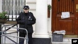 폐쇄 조치된 런던 주재 이란 대사관을 지키고 있는 영국 경찰