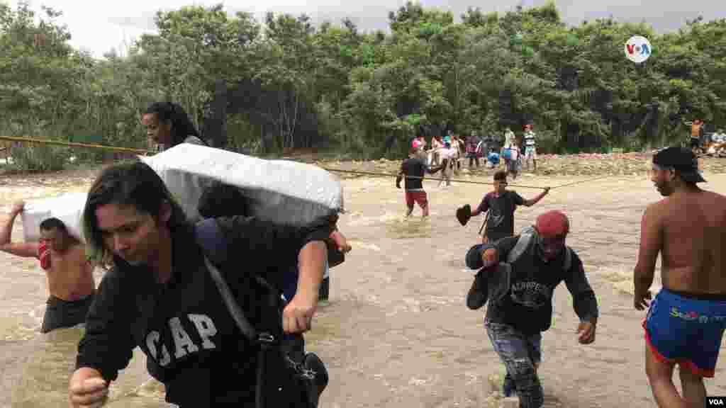 Muchos venezolanos cruzan la frontera hacia Colombia para hacer compras de enseres básicos, ir a clases o trabajar.