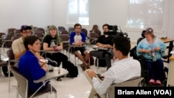 Studenti Univerziteta Hofstra razgovaraju o predstojećim izborima.