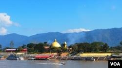 位于老挝金三角经济特区的金木棉赌场(金顶建筑),湄公河上的快艇可免费将客人从泰国一侧送到老挝一侧。(美国之音朱诺拍摄,2014年12月31日)