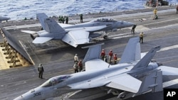 Chiến đấu cơ FA-18 của Mỹ, trên hàng không mẫu hạm George Washington đậu gần Okinawa, sắp cất cánh để tham gia cuộc tập trận với lực lượng phòng vệ Nhật Bản