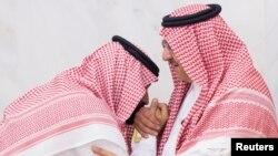 Putra Mahkota Muhammad yang baru ditunjuk Mohammed bin Salman (L) mencium tangan Pangeran Mohammed bin Nayef di Mekkah, Arab Saudi, 21 Juni 2017.