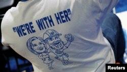 """Un militant d'Hillary Clinton porte un tee-shirt """"Nous sommes avec elle"""" lors de la préparation pour la convention démocrate à Philadelphie, Pennsylvanie, le 24 juillet 2016."""