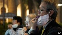 Decenas de personas han salido para rendir homenaje al médico Li Wenliang , quien advirtió sobre la existencia del coronavirus y que ahora está muerto.