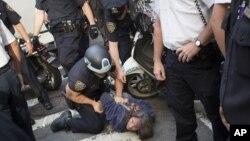17일 뉴욕시 월가 점령 시위 중에 체포되는 시민.