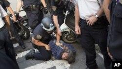 Seorang demonstran ditahan dalam demonstrasi memperingati setahun gerakan Occupy Wall Street. (AP)