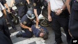 Người biểu tình thuộc phong trào 'Chiếm đóng phố Wall' bị bắt gần Thị trường Chứng khoán New York, ngày 17/9/2012