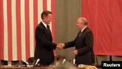 George H. W. Bush (esq) e Mikhail Gorbachev (dir), Moscovo