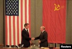 美国总统乔治·H·W·布什和苏联领导人戈尔巴乔夫在莫斯科举行记者会后握手(1991年7月31日)。不久后苏联解体。