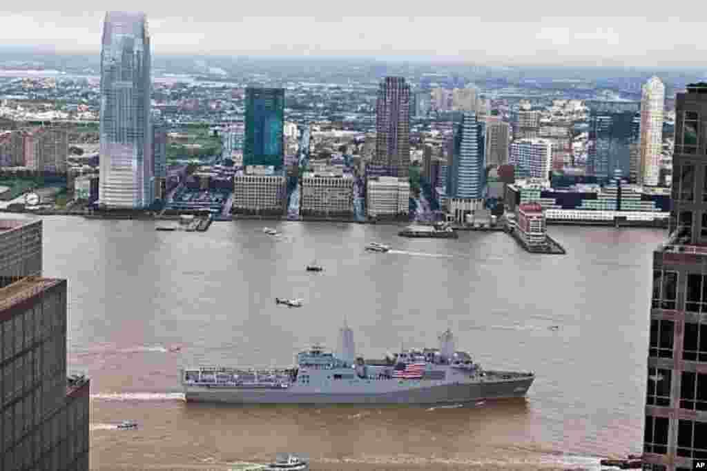 美国海军两栖运输舰纽约号USS New York (LPD 21) 9月8日驶过曼哈顿世贸中心和9-11纪 念园。舰上官兵沿船边列队致敬。他们将参加一系列9-11纪念活动。建造该舰的钢材有7.5吨来自世贸废墟。