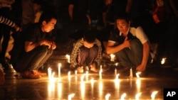 """中國民眾2015年6月5日在長江邊上點燃蠟燭自發悼念""""東方之星""""沉船遇難者。"""