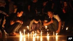 중국 양쯔강 선박 침몰 사고로 442명이 사망한 것으로 추정되는 가운데 양쯔강 항구의 크레인 근로자들이 희생자들의 죽음을 애도하기 위해 촛불에 불을 밝히고 있다.