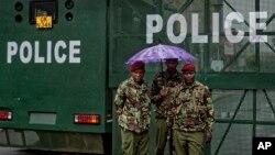 Igipolisi ca Kenya gicungereye hanze ya sentare nkuru, Nairobi, Kenya, itariki 14/11/ 2017.