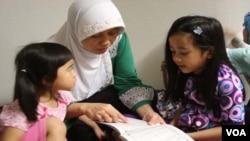 Anak-anak belajar membaca huruf Hijayah di TPA masjid Al-Falah Philadelphia.
