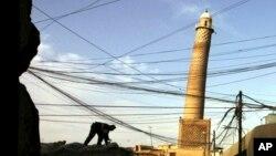En esta foto de archivo del 4 de febrero de 2003, se observa el alminar al-Hadba en la mezquita al-Nuri, en Mosul, Irak.