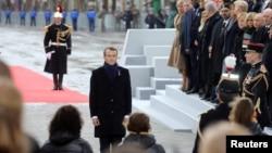 El presidente francés Emmanuel Macron presenta sus respetos a los soldados que murieron en la Primera Guerra Mundial.