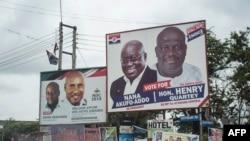 Papan reklame yang menampilkan gambar partai politik utama untuk Pemilu nasional Ghana di Accra, Ghana, 8 Oktober 2016. (AFP PHOTO / STEFAN HEUNIS).