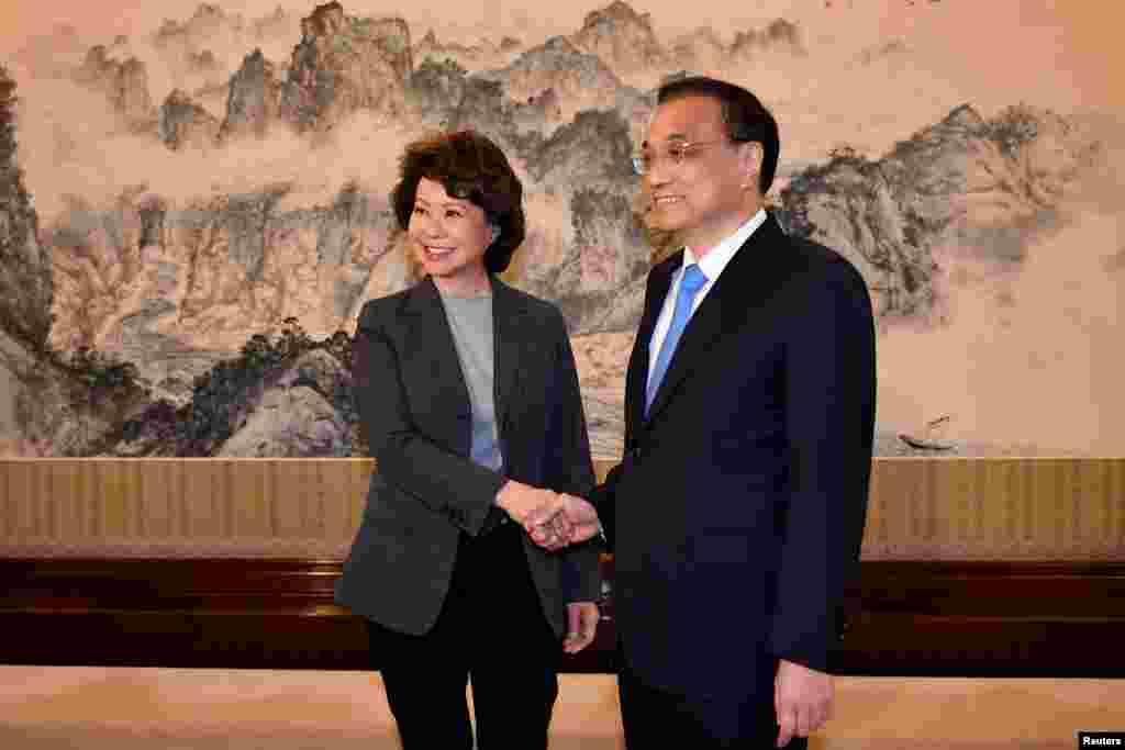 美国运输部长赵小兰与中国总理李克强在北京中南海领导小组与中国总理李克强握手,他们随后举行了会谈(2018年4月26日)。